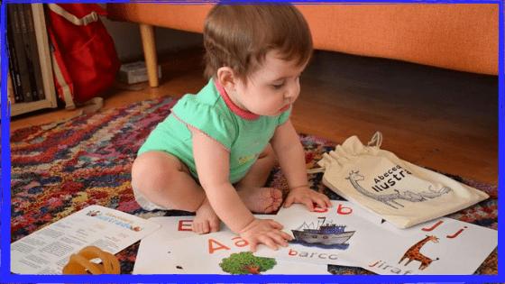 Muchos de nosotros, aprendimos a leer asociando el sonido de una letra a una palabra que empezara con ese sonido. Para esta destreza podemos utilizar los abecedarios visuales con los niños para enseñar los sonidos de las letras.