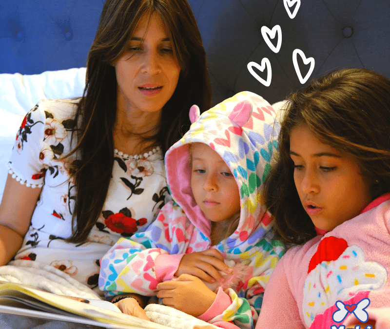 Madre con sus hijos leyendo en voz alta